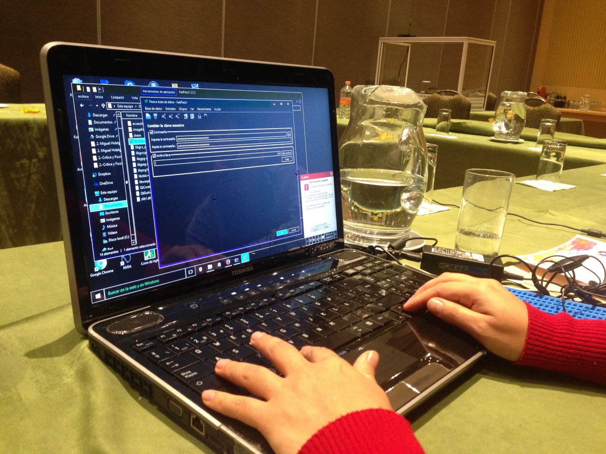 Testing the usability of secure apps through screen readers, at a USABLE training in Mexico. Credit: Mariel Garcia